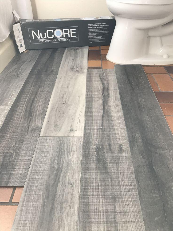 Vinylplankenboden ist wasserdicht. Liegt direkt auf Ihrem vorhandenen Boden. Ich liebe diese Farbe, die wir in unserem Badezimmer umgestalten