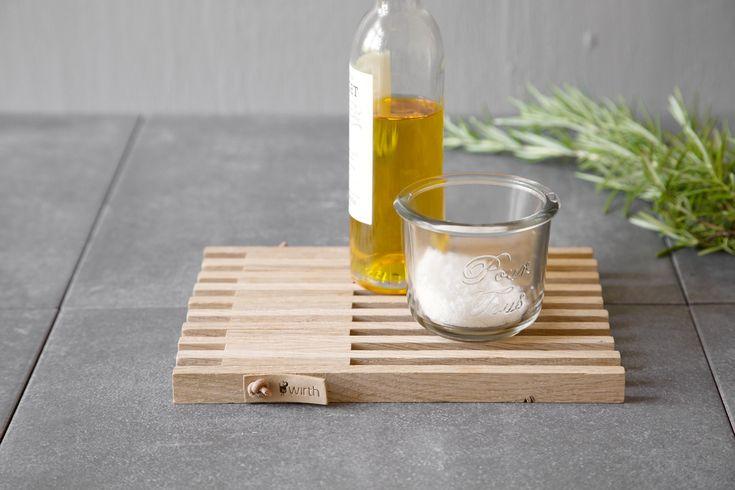 Table frame by Wirth Table frame er en klassisk bordskåner i nordisk eg, der kan nemlig foldes ud og dermed bruges under både store og små fade, så du har to bordskånere i ét produkt. Derudover er den så æstetisk gennemført, at den sagtens kan ligge på spise- eller køkkenbord og bruges til olier, små skåle etc.