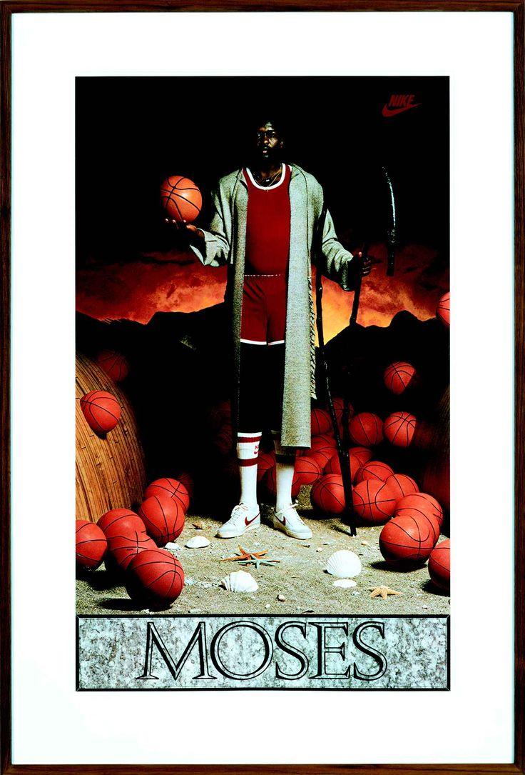 Koons apprécie la France, «le premier pays étranger» dans lequel il s'est rendu à l'âge de 20 ans pour y exposer un de ses aspirateurs à Lyon.Photo: Moses, 1985[Moïse].Affiche Nike encadrée