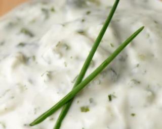 Sauce light au fromage blanc : http://www.fourchette-et-bikini.fr/recettes/recettes-minceur/sauce-light-au-fromage-blanc.html