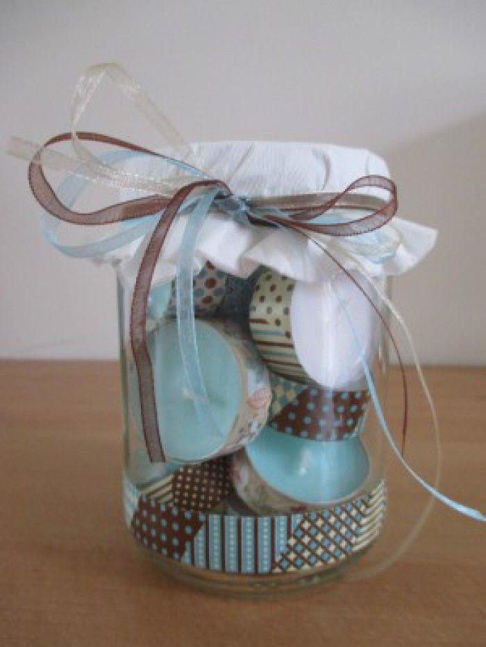 kaarsjes in een potje. Theelichtjes beplakken met washi tape of met een leuk plakbandje. Eenvoudig,goedkoop cadeautje.