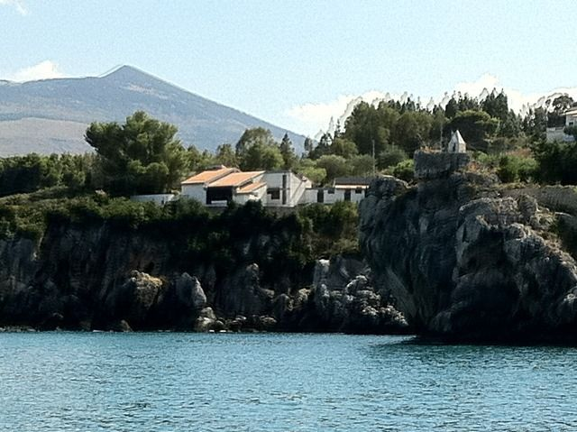 The outstanding cliff-top position of the villa Faraglioni, next to the famous tonnara with Scopello and with private access to the sea