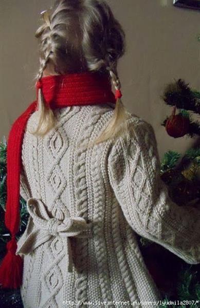 Детское вязаное пальто спицами девочка11