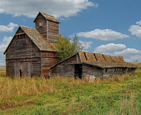 This abandoned barn in North Dakota still looks idyllic for now, but once it starts falling apart, that beautifully weathered wood should definitely be reclaimed.
