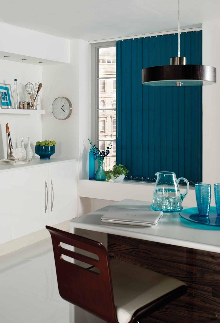 Lamellen stof blauw in eetkamer/woonkamer. Vraag gratis kleurstalen aan op www.rolgordijnwinkel.nl
