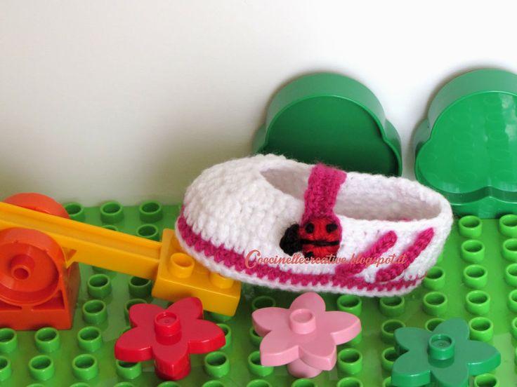 Scarpette uncinetto, realizzate a mano, hand made crochet, con fasce sportive laterali e coccinella  bottone, per informazioni dettagliate ⇨ http://coccinellecreative.blogspot.it/2014/02/scarpette-ballerina-realizzate.html#more