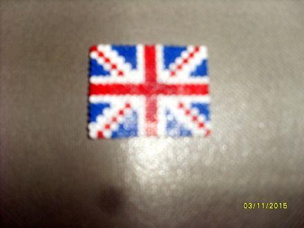 Magnet (ou Aimant) représentant le drapeau de l'Angleterre fabriqué avec des perles à repasser Hama Mini (2,5mm de diamètre) de couleur bleu, rouge et blanc.    Dimension du - 16504553