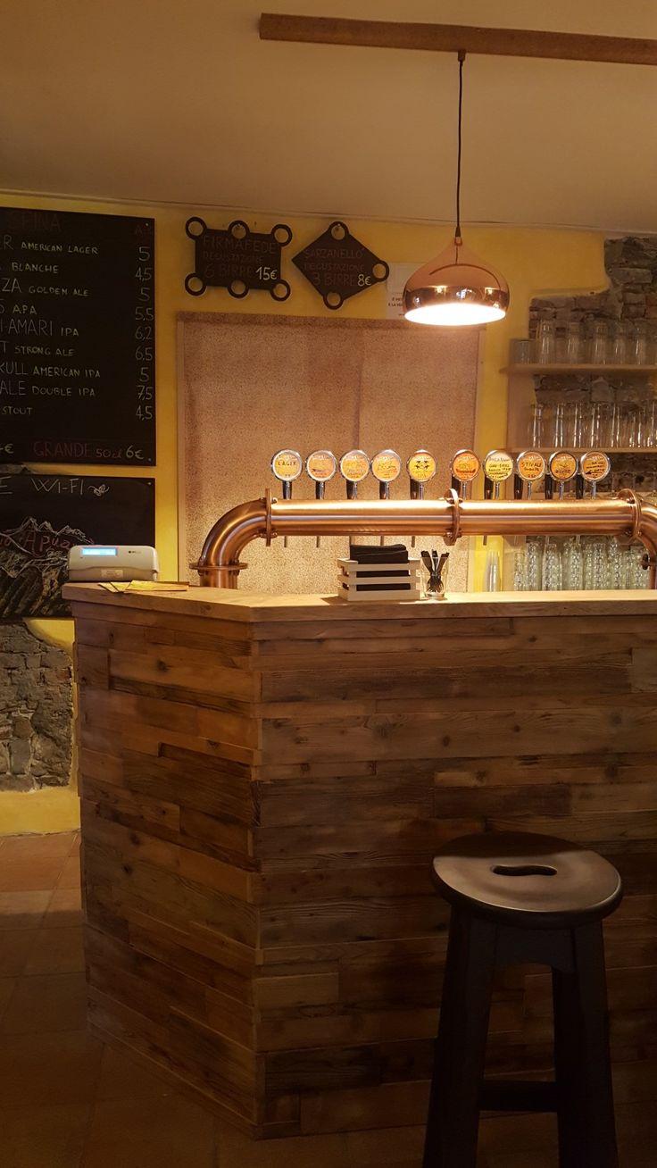 Le spine del pub Hop o'clock di Sarzana, birre artigianali del Birrificio Apuano