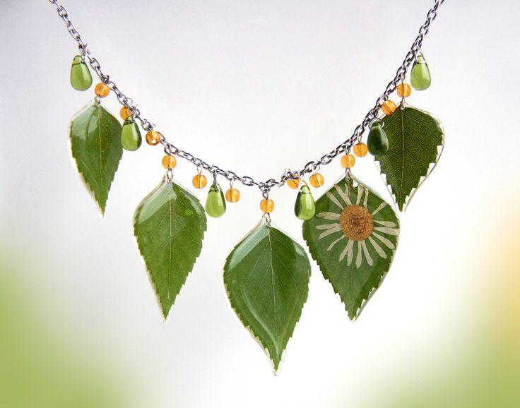 Колье с листьями березы и ромашкой