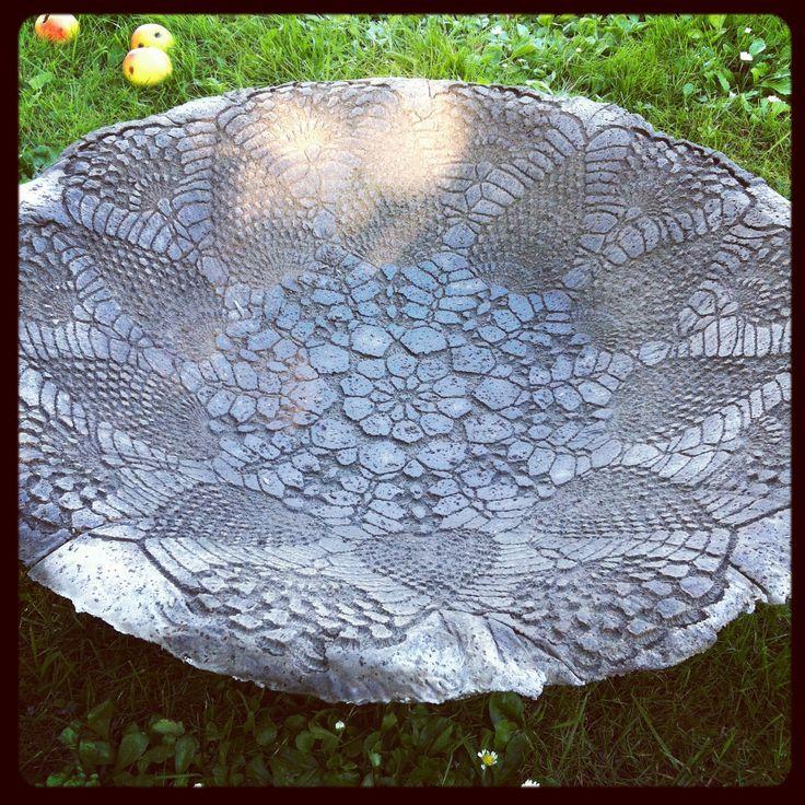 Gjut fågelbad med mönster från virkad duk! OMG this is so pretty wish it was in English.