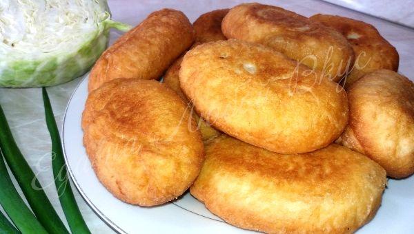 Пирожки получаются очень вкусными, как готовила бабушка. Начинку допускается выбирать любую, у меня сегодня будет три вида пирожков: с зеленым луком и яйцом, с молодой капустой с жареным луком и с грибочками и луком. Жарить пирожки будем на сковороде или в высокой кастрюльке, но и в духовке такие пирожки получаются всегда – аппетитные, вкусные и воздушные! Как же приготовить жареные пирожки на кефире с начинкой?