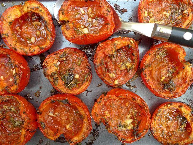 tomaten oven Ingrediënten  tomaten (7-10 stuks)kruiden (zoals tijm, oregano, basilicum)2 tenen knoflookolijfoliepeper en zout  Bereidingswijze  Het is weer tomatentijd. Veel tuinders verkopen een zak vol tomaten voor anderhalve euro. Met dit heerlijke ovengerecht eet je gemakkelijk veel tomaten en krijg je dus een berg vitamines binnen.