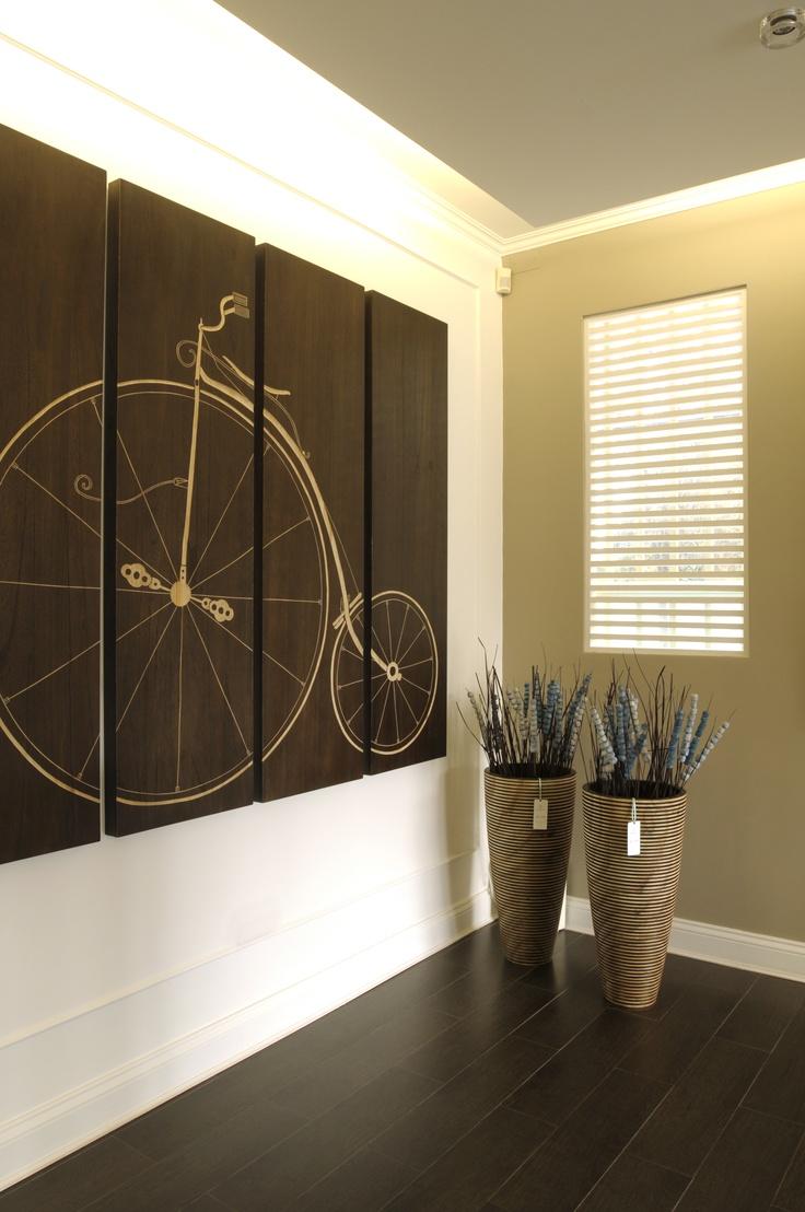 Bicicleta de madera tallada + vases decorativas.