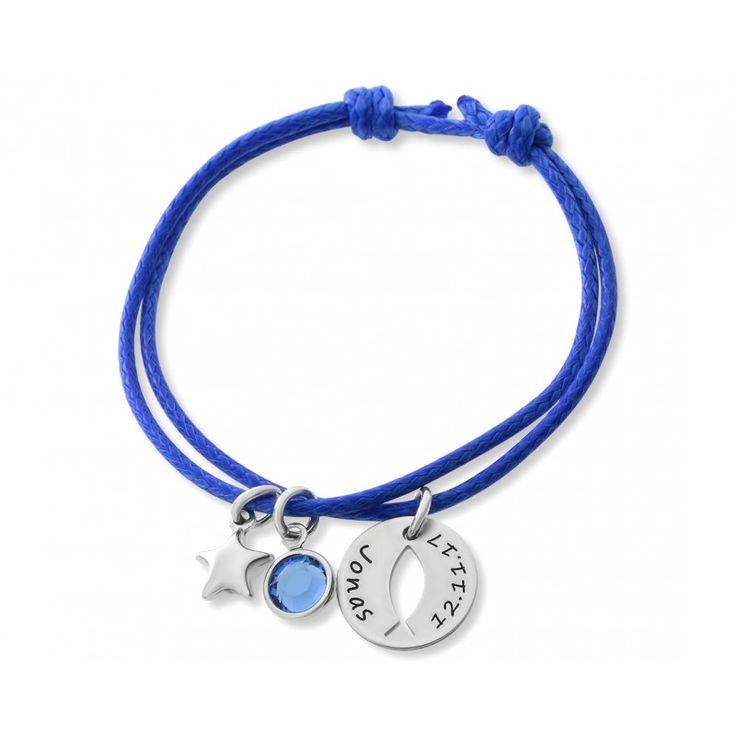 Ein schönes Baumwollband Armband mit Elementen aus 925 Sterling Silber. An dem Armband hängt ein Stern Anhänger und ein Swarovski Geburtsstein sowie ein kleines Namensplättchen (1,3 cm groß). Es passen max. 16 Zeichen inkl. Leerzeichen auf das Namensplättchen.