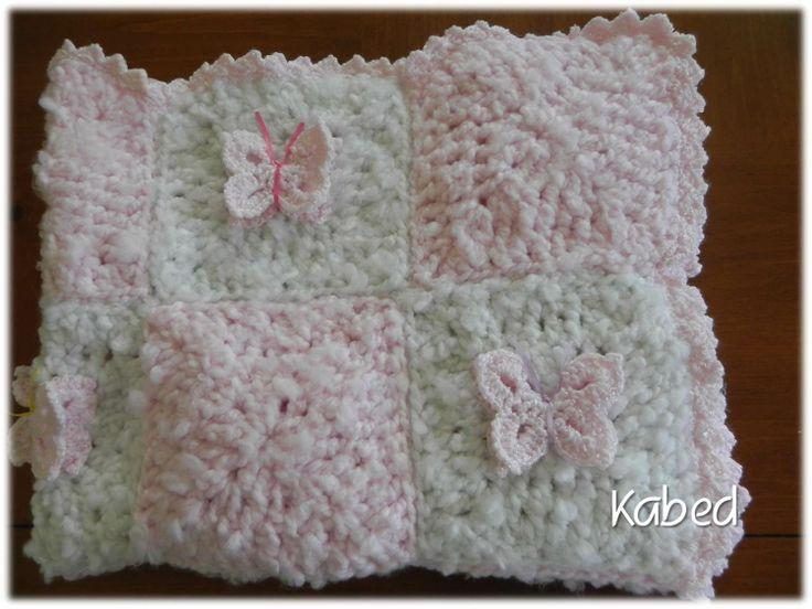 chamarrita de bebe hecha a mano en crochet con aplicaciones de mariposas