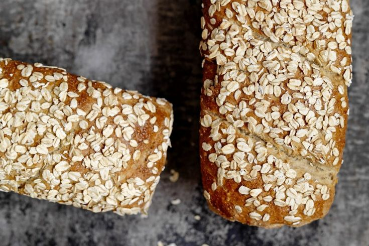 Grovt havrebrød er et velsmakende og sunt grovbrød med havregryn, grov sammalt hvete og havrekli. Veldig populært i matpakken.