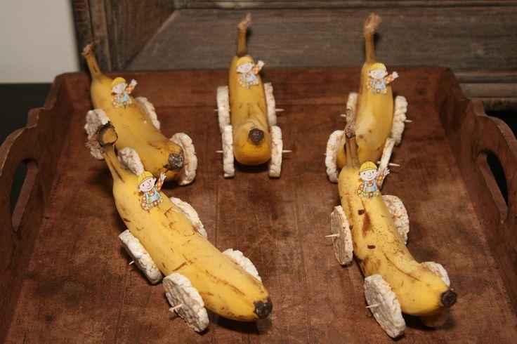 Een bob de bouwer - racewagen. Gemaakt van banaan en kleine rijstwafeltjes. Een gezonde traktatie!