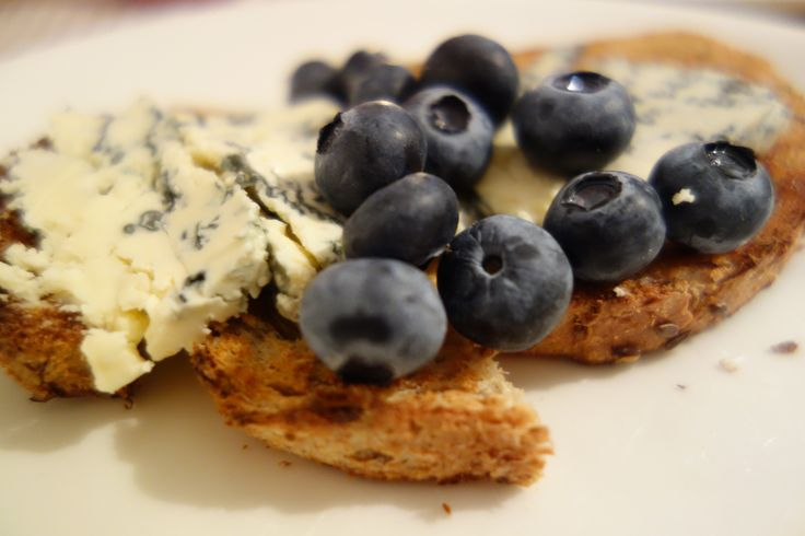 Bread, blue cheese and blueberries