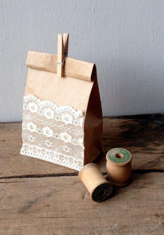 Kraft Gift Bags with Vintage Lace - Miskien kan ons `n paar van hulle met leftover lappies doen?