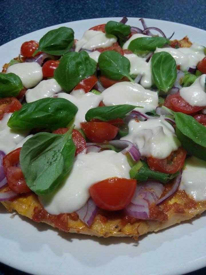 Zvířátkový den - kuřecí pizza.500g kuřecího masa 1 vejce sůl, pepř  - kuřecí maso nakrájíme na drobounké kostičky, osolíme, opepříme a promícháme s vajíčkem - vložíme na pečící papír do koláčové nebo dortové formy a pečeme na 18 st asi 35-40 minut  - vyjmeme, poklademe dle chuti (já dala červenou cibuli, lahůdkovou cibulku a cherry rajčátka a mozzarellu) a zapečeme ještě asi 10 minut