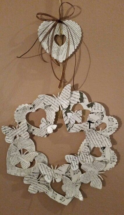 Věnec z papiru - motýli, srdíčka, decopatch, akrylové barvy.