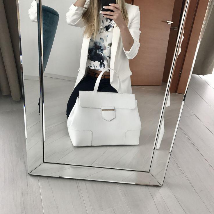 Bílá - barva čistoty a luxusu. Dopřejte si luxus i vy na www.emotys.cz. Limitovaná edice. #praha #sluncevevlasech #brno