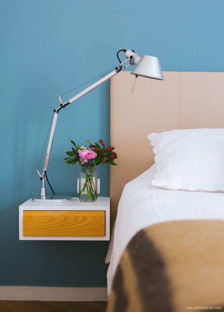 Criado mudo suspenso e luminária Tolomeu compõem a decoração do quarto de casal.