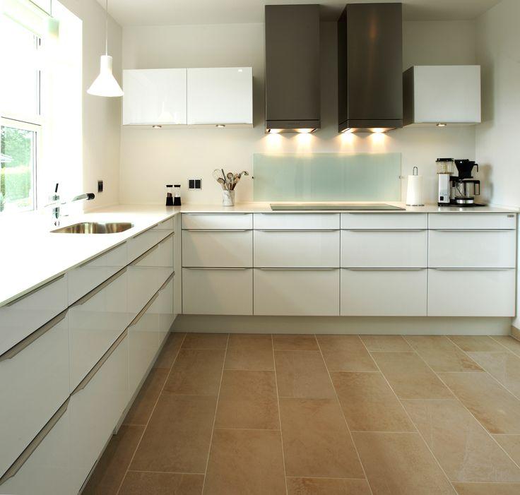 Få de vandrette linier til at danne ro i køkkenet