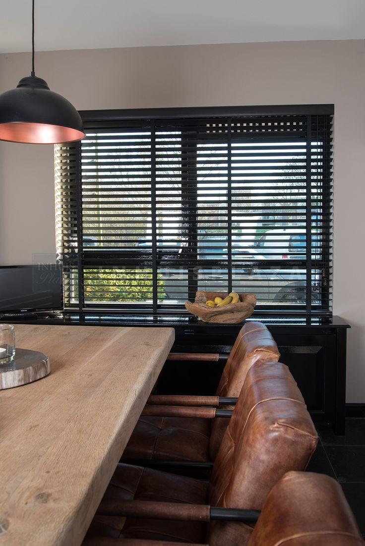 Houten jaloezieen van INHUIS Plaza in de eetkamer. De jaloezieen zijn in veel verschillende lamelbreedtes leverbaar en je kunt ze helemaal personaliseren naar je eigen wensen en dus ook afstemmen op je interieur. Door de lamellen te Bewegen bepaal je zelf hoeveel lichtinval je hebt. #houten #jaloezieen #inhuisplaza