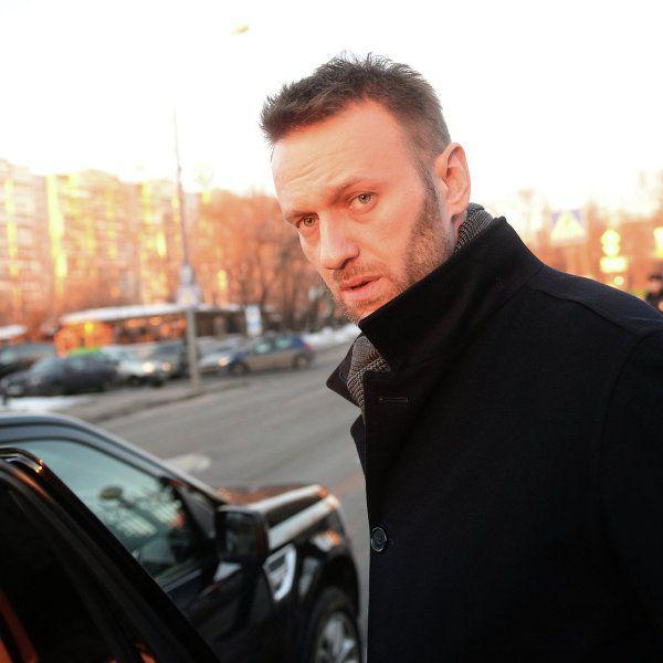 Лидер оппозиционной коалиции Алексей Навальный написал на странице в социальной сети, что его машину обклеили в Костроме листовками с изображением американского флага.