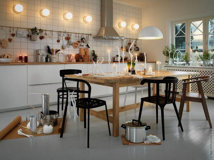 En jul stöpt i din egen form! METOD kök med RÅSDAL luckor och lådfronter, LILLHOLMEN tak/vägglampor, NORDEN matbord, IKEA PS 2012 karmstol, REIDAR stol i svart pulverlackad aluminium, STOCKHOLM stol i valnötsfanér.