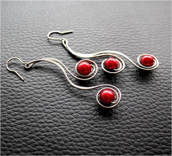 Náušnice - tepané spirály-červené- hypoalergenní Náušnice vyrobenéručně z chirurgické oceli Osteofix, tepané, vhodné pro alergiky - tmavě červené perličky. (v nabídce stejné spirály se stříbrnou, zlatavou, růžovou, modrou, čokoládovou nebo fialovou perlou).Možná je i jiná barva perliček. Délka náušnice (bez háčku) cca6cm, silikonové zarážky. ...