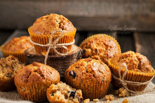 """Эти маффины хороши тёплыми и свежими, но более интенсивный вкус (как и вся выпечка со специями) они приобретают какое-то время спустя. Так что их очень удобно сделать с вечера на завтрак, например. Сочные, ароматные, вкусные! Инджой! Carrot spice muffins Рецепт из книги Дори Гринспэн """"Baking. From…"""