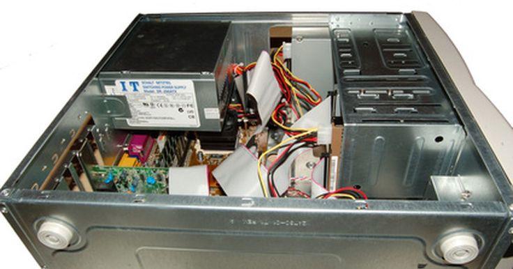 Como o computador processa informações?. Assim como os humanos, os computadores usam um cérebro para processar informações. Para um computador, o cérebro é a unidade central de processamento (CPU), o chip que executa todos os programas. Ele fica na placa-mãe e se comunica com todos os outros componentes de hardware dentro do computador. Nada funciona sem antes passar pelo processador.