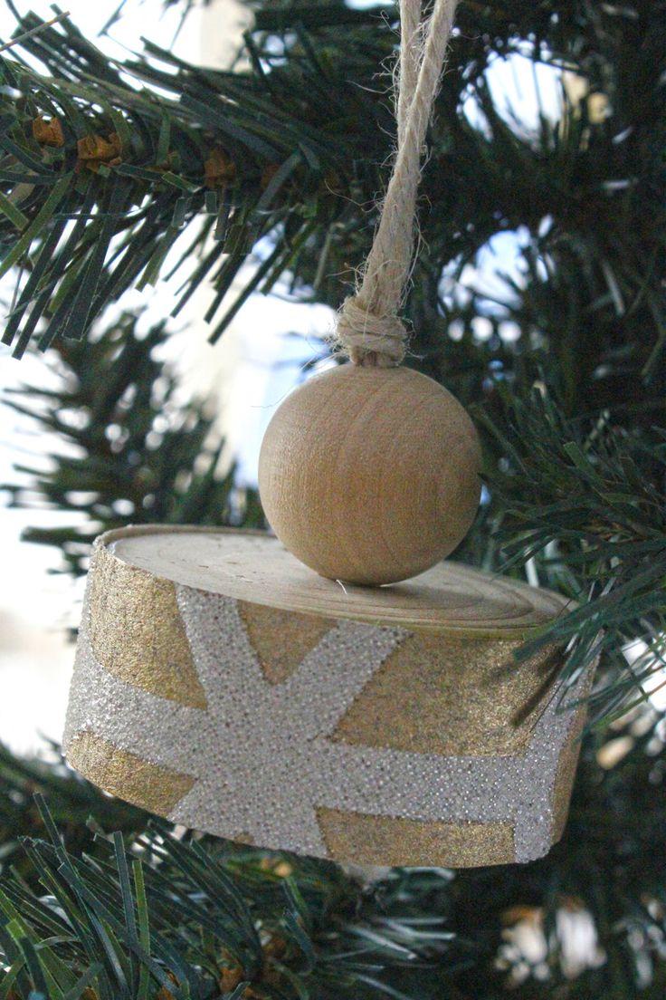 Addobbo natalizio da appendere all'albero di natale o come decoro della casa, fatto in legno con carta da parati oro e bianco in rilievo. di IlluminoHomeIdeas su Etsy