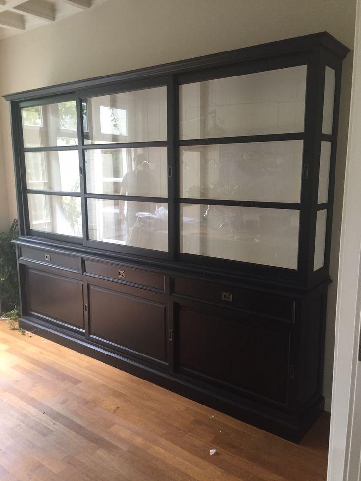 Buffetkast Sneek in klassiek zwart met witte binnenkant. Grote laden en schuifdeuren. 300cm breed
