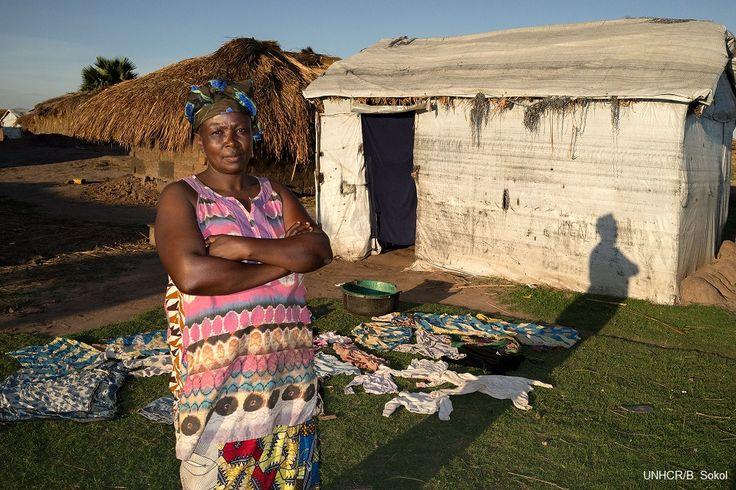 """Sakina, 50enne madre di 8 figli, è una delle donne del campo di  Lukwangulo, nella provincia del Katanga, creato nel 2010 per accogliere gli sfollati provenienti dal Sud Kivu.   """"Non abbiamo intenzione di tornare a casa. Le donne e le bambine del campo hanno subito violenze e abusi,e  non possono dimenticarlo. Molte sono rimaste vedove. Abbiamo perso la vita che avevamo lì e non possiamo tornarci""""."""