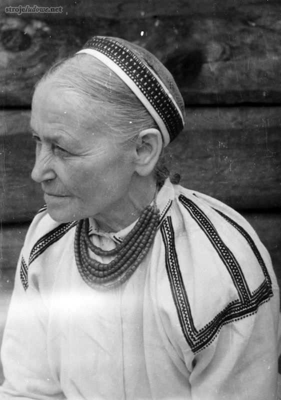 """Poland: ethnography, customs, folklore.: Biłgoraj costume - a guide to Polish folk costumes. Woman from Biłgoraj in a """"hamełka"""" type of cap, photo by B.Czarnecki, 1956. Source: StrojeLudowe.net"""