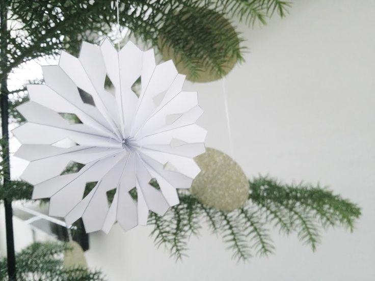 Papieren sneeuwvlokken eenmusthave voor de kerst dit jaar. Je kunt ze overal in de winkels vinden en ze zijn verkrijgbaar in diverse kleuren. Ze geven een lieve sprankeling tussen al je and…