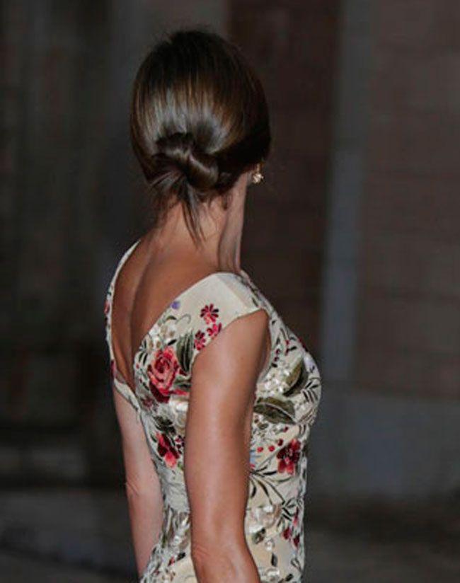 Para la recepción en el Palacio de la Almudaina, Letizia eligió un vestido estampado de flores que le siente genial, pero que es más de lo mismo...