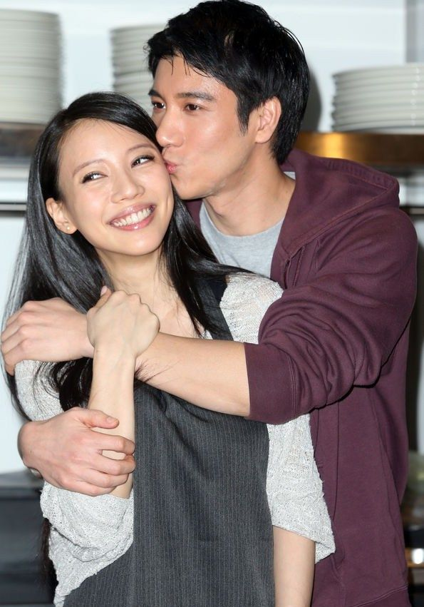 Leehom Wang kisses his wife openly   Asianpopnews