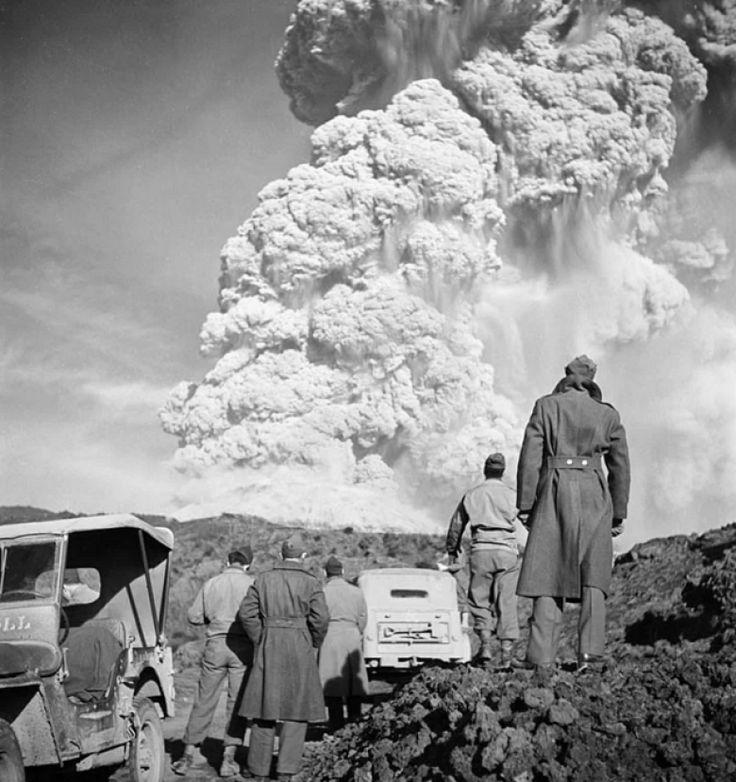 Vezüv Yanardağı'nın patlamasını izleyen Amerikan askerleri. 1954.