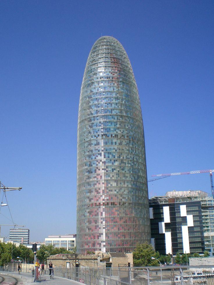 El Torre Agbar fue hacido por el arquitecto frances, Jean Nouvel. Nouvel fue inspirado, como Gaudi con la Sagrada Familia, por los picos rocosos de las montañas del Montserrat.