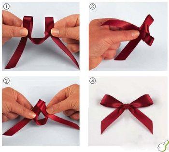 ちょう結びはリボンの結び方の基本ですが、左右対称でキレイな結び目をつくるのは意外とむずかしかったりします。適当な長さに切ったリボンの中央から輪を両手でつくって結べば、左右同じ長さの美しいリボン結びが簡単にできます。裏表のあるリボンの場合もこのつくり方でOK!