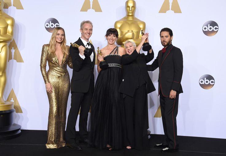 PREMIOS OSCAR. Margot Robbie, Jared Leto, Damian Martin, Elka Wardega y Lesley Vanderwalt posan con el Oscar por Mejor Maquillaje por 'Mad Max:
