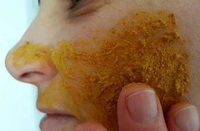 Elle frotte du curcuma contre son visage pendant 3 secondes…Il faut l'essayer pour y croire !