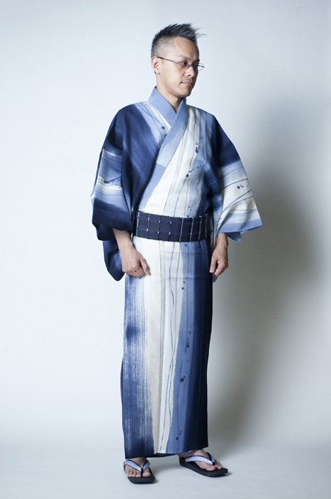 Men's traditional Japanese kimono are very popular for people who are interested in samurai, Bushi-do, cosplaying, or for those who are looking for costumes for a play. You can wear them when you dress up and go out with friends, to wedding ceremonies and formal parties, and when practicing Japanese dance.