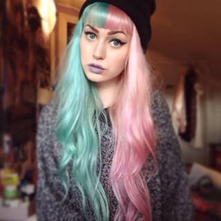 Esta princesa de tom suave e delicado. | 28 mulheres que realçaram seus cabelos com uma metade de cada cor