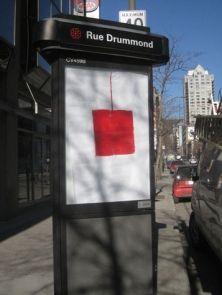 La raison d'être du collectif ARTUNG! est de combattre la propagande commerciale qu'est la publicité. Ses affiches souvent dénuées de slogan laissent s'exprimer le carré rouge.