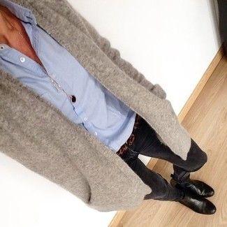 Kombination blaue Bluse graue Strickjacke schwarze Jeans
